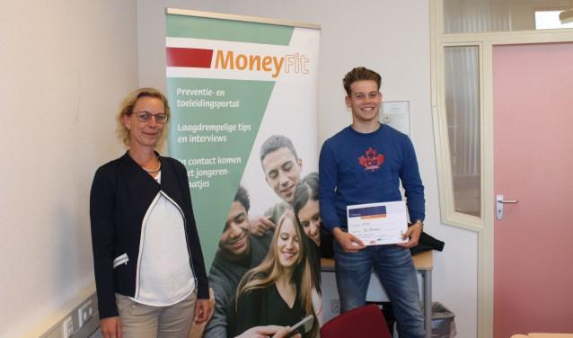 Stijn Gloudemans, student bij ROC de Leijgraaf in Oss, kreeg de cheque uit handen van Gerda Schelling van Rabobank Oss Bernheze.