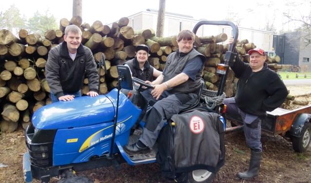 Richard, Dani, Wim en Hendrik werken bij HouterEi op het terrein van Het Hietveld in Beekbergen. Naast het verzorgen van de 170 kippen wordt er door het team jaarlijks ook zo'n 200 ton hout gezaagd en gekloofd.