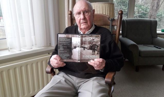 """De 91-jarige Gerrit van Dolderen is vol verhalen over de oorlogstijd. """"Wij weten ook wat bombardementen zijn. We hadden daarbij geen tijd om kind te zijn. We moesten steeds naar wegen zoeken om uit de handen van de Duitsers te blijven. Dat vormt je."""" FOTO: Maarten Bos"""