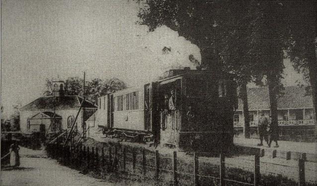 Het trammetje, ergens onderweg gefotografeerd. Er bestaan, voor zover bekend, geen foto's op Ambachts grondgebied. De dienstregeling richtte zich vooral op het vervoer van passagiers, maar er waren ook goederenritten. In 1909 reed de tram dagelijks zes ritten.