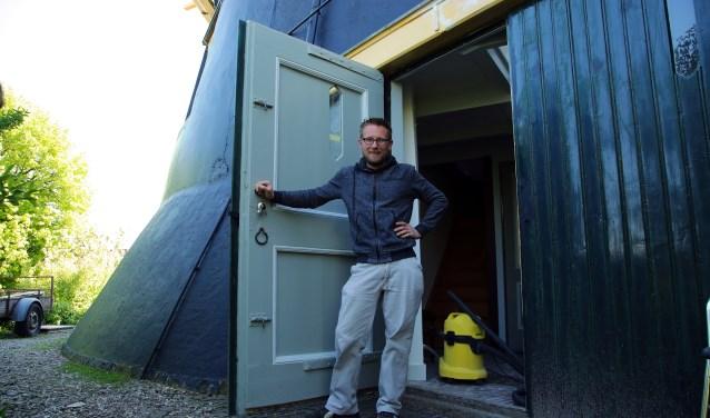 Karel Dolman bij Molen De Windhond. FOTO: Alex de Kuijper