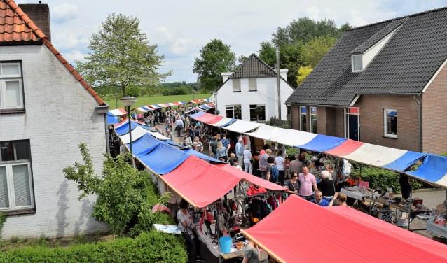 De vrijmarkt van de Halderse Voorjaarsfeesten. In 2017 was het alvast een groot succes en stond heel de buurtschap op zijn kop.