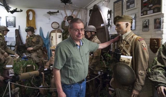 Marcel ten Böhmer in zijn oorlogsmuseum in Heteren. Hij heeft een grote verzameling spullen uit de Tweede Wereldoorlog. Hij wil niet dat vergeten wordt hoe zwaar de gevechten in de Betuwe zijn geweest. Hij vindt dat die strijd onderbelicht is. (foto: Ellen Koelewijn)