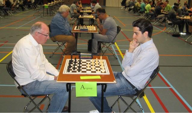 Benjamin Bok neemt het met de witte stukken op tegen Tom de Jong.