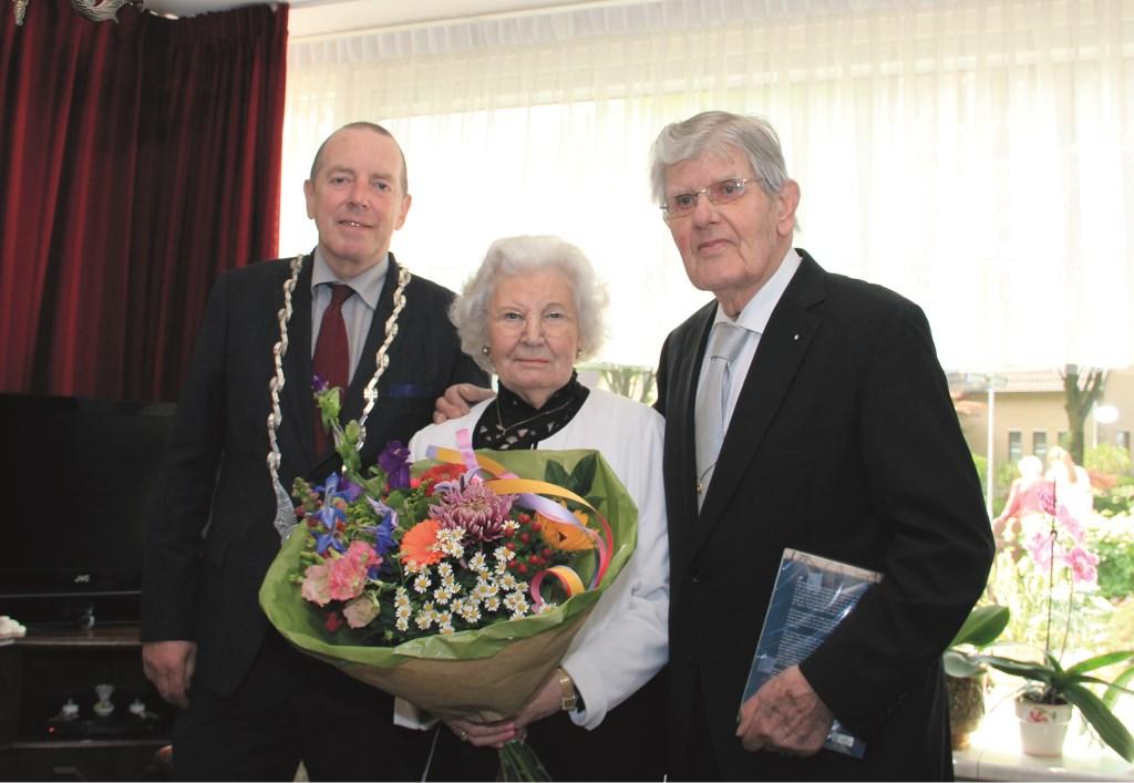 Het diamanten echtpaar Aaldering met Duivens burgemeester Rik de Lange.