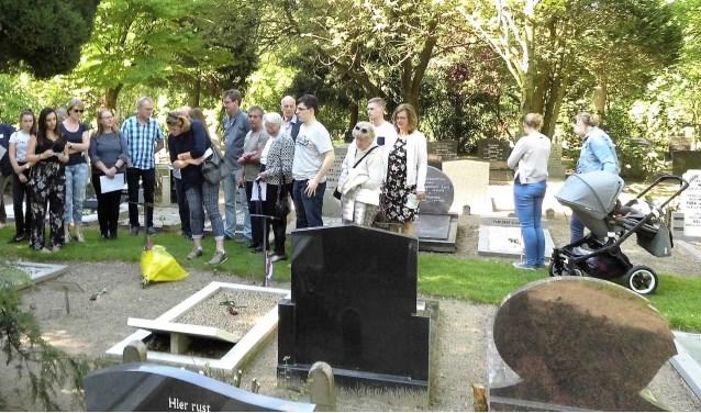 Afgezanten van de familie Terlouw staan stil bij de graven, met name bij hun in Veenendaal overleden familielid Aris Terlouw. (Foto's: Jan Bos)