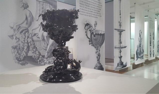 Deze bokaal van Bernard Heesen is, aldus het Rijksmuseum Twenthe, ''in prachtig zwart glas''.
