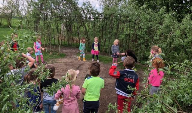 Kinderen op DBS Nettelhorst krijgen rekenles tijdens het zaaien in de moestuin.