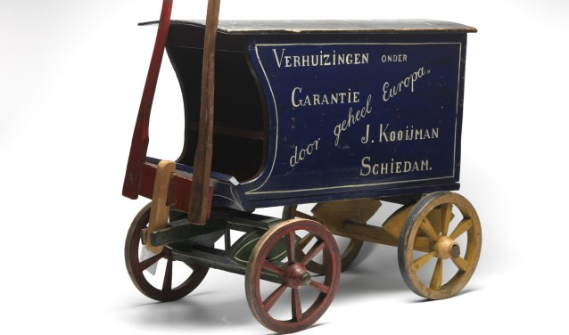 Miniatuurwagen van de Schiedamse verhuizer J. Kooijman, van hout en metaal, 1890-1910, maker van de miniatuur is onbekend.