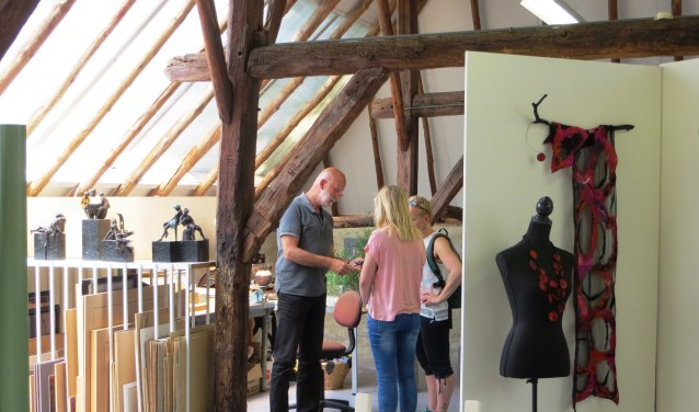 Rondje Kunst Noord-Veluwe 2017: Willem Bultman ontvangt twee bezoekers in zijn atelier te Oldebroek. (Eigen foto)