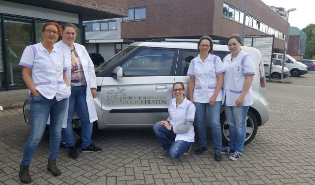 Dierenarts Thalitha Hoogstraten (l.) met haar team. (Foto: Peter Beijer)