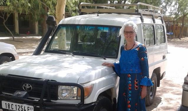 Rineke van Rijn bij haar nieuwe auto om de afgelegen gebieden in Tsjaad te kunnen bereiken.