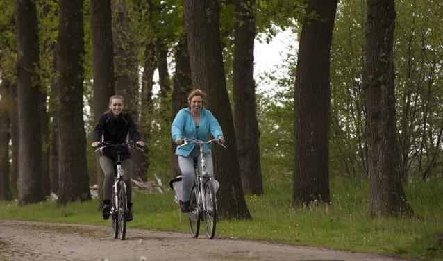 Op de route wisselen boslandschap, heide, weilanden en waterpartijen elkaar mooi af. (Foto: Hetty Heijne)