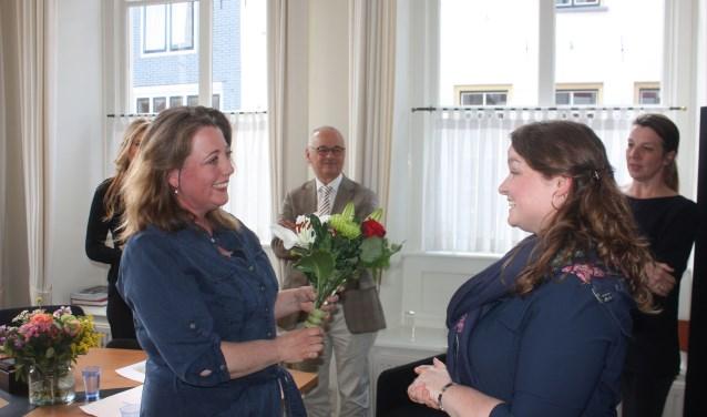 Magriet van Hoogenhuizen (links) kreeg naast de cheque van duizend euro uit handen van burgemeester Wiggers om haar kunstwerk te realiseren uiteraard ook een fraai boeket bloemen van Saskia Lammerts namens de gemeente Hattem.