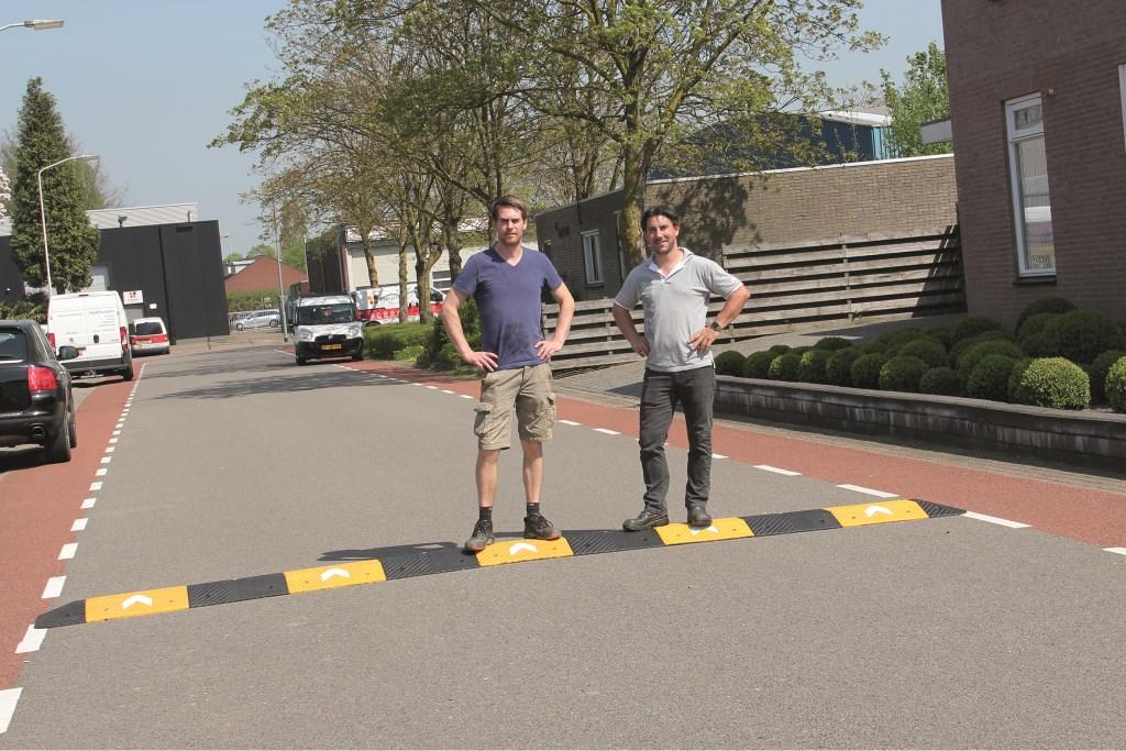 Joost Wassink (rechts) en Bobby Gommers bij de verkeersdrempel op de Binnenweg, die inmiddels op last van de gemeente Duiven weer is weggehaald.