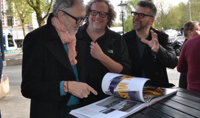 Anton Corbijn, Peter Koudstaal en William Rutten bekijken het prachtige boek van Peter: Music brings us together.