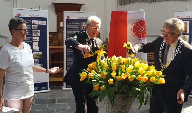 Wil Zwart kijkt toe hoe Ray Lord en burgemeester Geert van Rumund de Freedom Flame tulp dopen. (foto: Kees Stap)