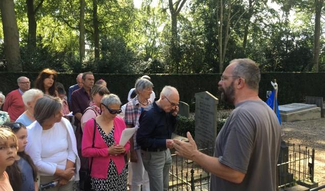 Kees Heitink en Dolf van Kampen geven zaterdag rondleiding op de begraafplaats.