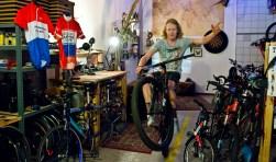 Als Nederlands Kampioen Slowbiking en Surplace zijn ludieke kampioenschappen Jasper niet vreemd. Hij zou heel graag een derde kampioenstrui op willen hangen in zijn shop. Nog even wat oefenen op een gewone fiets voor hij zich op de waterfiets waagt. (Foto: Maaike van Helmond)