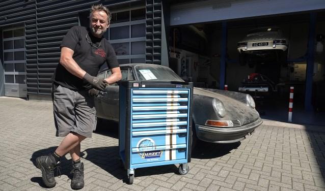 Dankzij een gloednieuwe gereedschapskist met inhoud gesponsord door HAMU Automaterialen gaat de restauratie van de Koninklijke Porsche prima lukken. (foto Hjarald Agnes)