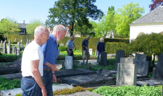 Elke vrijdag werken vrijwilligers aan het onderhoud van de historische Oude Begraafplaats Reijerskoop, ieder heeft zijn eigen taken. Evert van Voskuilen (li) en Meindert Bakker houden zich bezig met de restauratie van oude zerken.