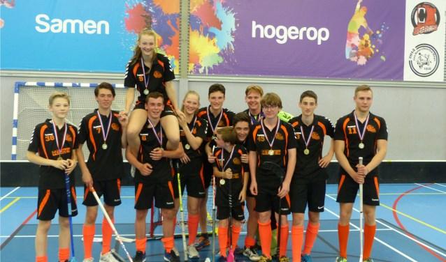 In de Rhenense sporthal wordt floorball gespeeld. Twee teams zijn zaterdag kampioen geworden. (Foto: PR)