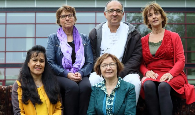 Ziba Nillian, Grietje Zeeman, Ria Wigt, Masood Eslami en Joke van Erkel willen met City of Cultures de kracht van het internationale karakter van Wageningen benadrukken. (foto: Monte Gardenier)