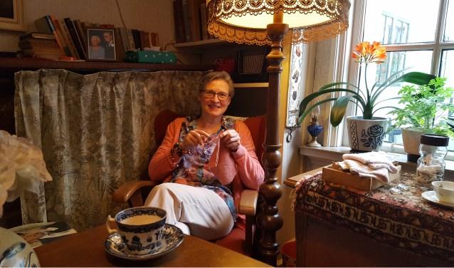 """Saskia Zwiers, directrice van Het Vrouwenhuis, in een van de 'modernere' kamers van het museum: """"Dat in het Vrouwenhuis sommige kamers al zeker 140 jaar precies hetzelfde zijn, is heel bijzonder."""" (foto: Carijn Oomkens)"""