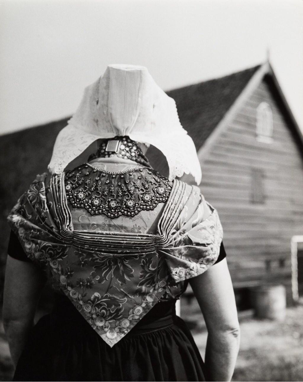 Fotograaf Cas Oorthuys heeft veel in Zeeland gefotografeerd. Er zijn prachtige foto's van Zeeuwse klederdracht, landschappen en straten uit voornamelijk de jaren 50.