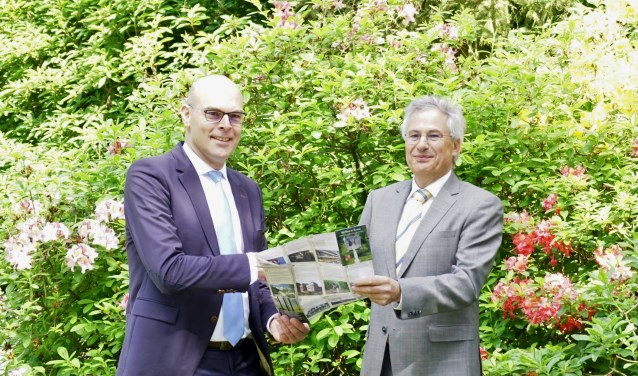 Wethouder Gerrit Boonzaaijer draagt de Toeristische kaart over aan Hans Kattemölle van het Bomenmuseum. FOTO: Ellis Plokker