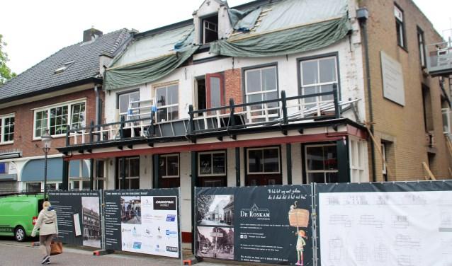 De Roskam in de Dorpsstraat is momenteel het meest  in het oog springende monument, dat gerestaureerd wordt. Het pand behoudt de functie van hotel en dorpscafé. Foto Dick Baas