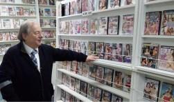 Cor De Bakker (73) doet alle video's weg voor de helft van de prijs. De Winkel op de Hoogstraat sluit de deuren.