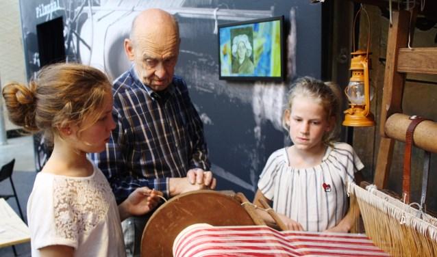 Pieter Flamink geeft tekst en uit;eg over de werking van een weefgetouw. FOTO: Rob Weekers.