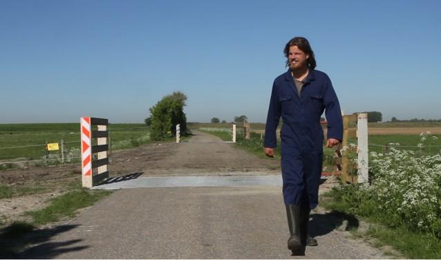 Bioboer Charl van de Sande bij de koeienoversteekplaats. Zijn zus Anouk maakte een mooi mini-documentaire. Foto: Anouk van de Sande