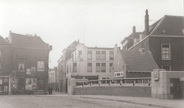 Het brugwachtershuisje is voor dichter Buddingh'een historische, maar koude plek. Hij beschouwde het aan het einde van de jaren vijftig van de vorige eeuw als een werkhuisje.