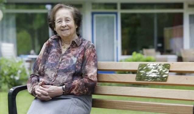 Mevrouw Blokker-Heidweiler die op 30 april 100 jaar is geworden.  Ze geniet op haar eigen bankje in Zorgcentrum De Vlasgaard. Foto: Jurgen van Hoof.
