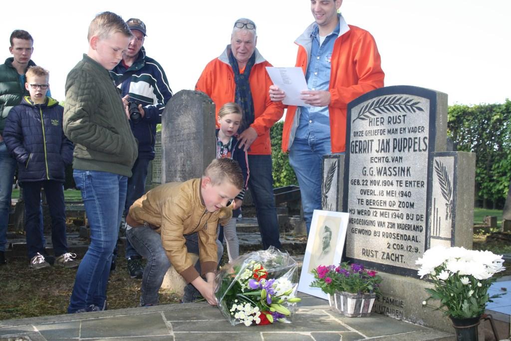 Kinderen leggen bloemen op het graf van Gerrit Jan Puppels. Aan deze historische tocht deden veel jongeren mee. Foto: Jenny ter Maat. Foto: Jenny ter Maat © Persgroep