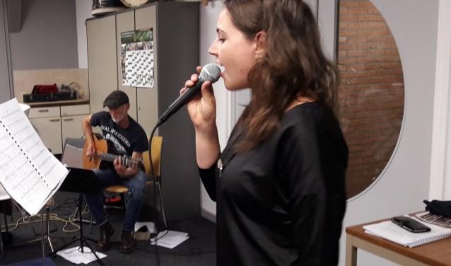 Tineke Roseboom oefent met het VMTV. Peter Bouter begeleidt haar op de gitaar. Op 2 juni met ook Willem van Wingerden, Heino Brink en Wim Appelman.