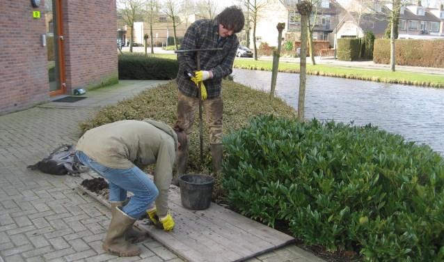 Onderzoekers zetten een handboring in Kockengen om de opbouw van de ondergrond te ontrafelen (foto: S. van Asselen).