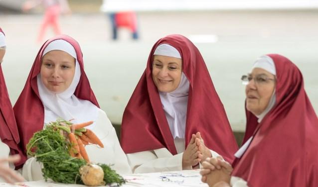 De nonnen uit Suor Angelica. De zusters bidden, zingen, borduren, doen boodschappen en hebben zo hun dagelijkse gesprekken. FOTO: Lex van Groningen
