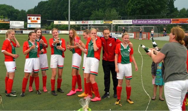 Uiteindelijk konden de bloemen en kampioensshirts worden uitgereikt aan de ploeg, die dit seizoen nog geen wedstrijd verloor. En er was champagne.
