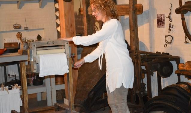 Op 12 mei opendeburgemeester Judith Keijzers in Museum de Vier Quartieren de tentoonstelling 'Jan Kruysen en het boerenleven in Oirschot', door een luier door een antieke wringer te draaien.