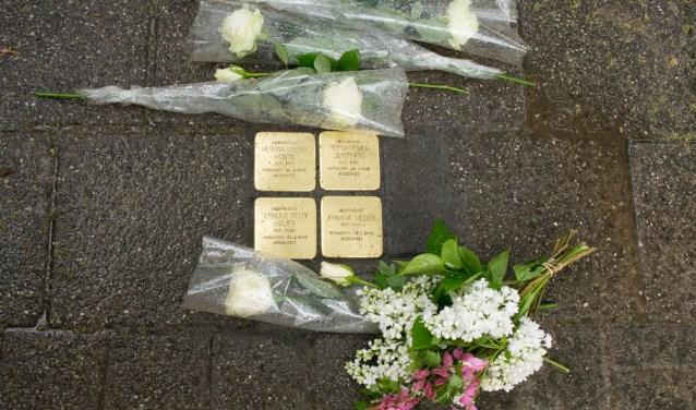 De Stolpersteine ter nagedachtenis aan het in 1942 weggevoerde joodse gezin Meijer.(FOTO: Lisette van Gameren van Berceau Creative)