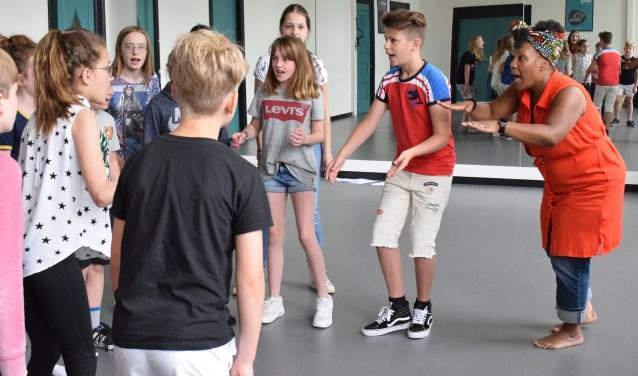 De leerlingen van Muziekhuis Oudewater aan de slag met Gitty Pregers. (Foto: Muziekhuis)