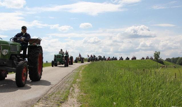 Oldtimer tractoren op de IJsseldijk.