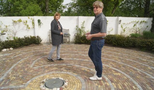 Frans Meijer en Marina van Arendonk lopen het labyrint. Dat gebeurt ook op zaterdag 5 mei, Wereld Labyrint Dag. Eigen foto