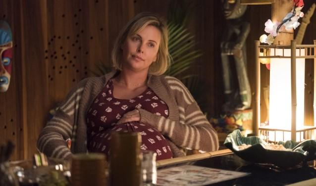 Marlo (Charlize Theron) heeft het allemaal niet meer onder controle sinds ze is bevallen van haar derde kind.