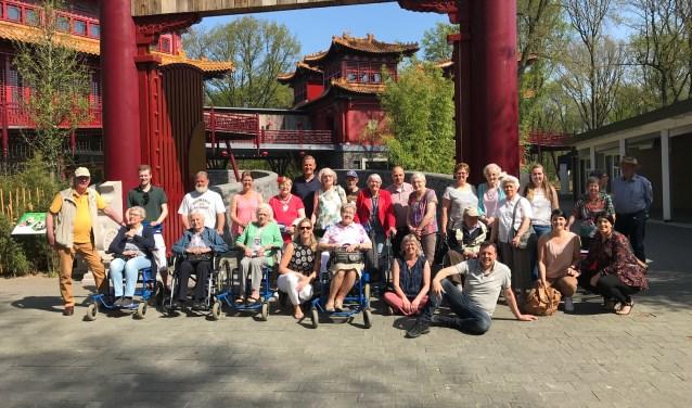 De bezoekers van Ontmoetingscentrum Veenendaal en hun begeleiders bij het pandaverblijf