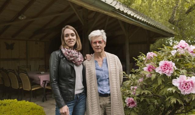 Sinds 1980 wordt de oude boerderij bewoond door Josien te Lindert en haar gezin. Josien en dochter Femke bestieren samen theetuin Rensink. (foto: Vanessa Wassink)