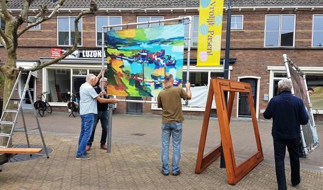 Renkum Leeft, een groep die verbindt en enthousiasmeert, plaatsen de doeken van bekende schilders. (foto: gertbudding.nl)
